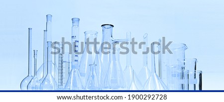 Pharmacy and chemistry theme. Different Types of pharmaceutical labor instrument  in Pharmaceutical Industry.Science and medical background or Laboratory.Blue cool light tone. Foto stock ©