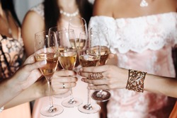 Photo bridesmaid drink from a glass of champagne