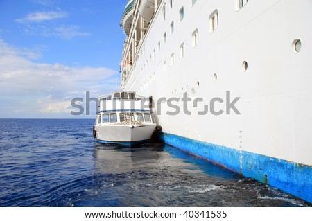 photo capture of a cruise ocean liner ship