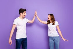 Photo cheerful pretty lady handsome guy couple clapping arms one team reliable workers excited good mood best friends wear casual white t-shirts isolated purple pastel color background