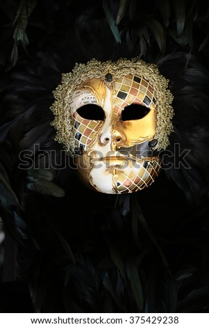Photo closeup of one distinctive golden Venetian carnival mask with ...