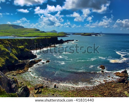 photo epic beautiful scenic landscape seascape from the irish ring of kerry, ireland, wild atlantic way, Skellig Michael. stunning coastal beach and kerry mountains. world famous visitor attraction.