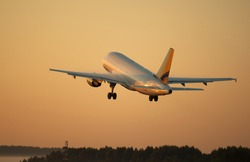 Photo flying airplane at sunset
