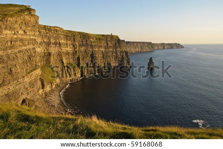 photo late sunset famous irish cliffs of moher. natural beautiful landscape seascape along the wild atlantic way. coastal beach hiking trail foot path for tourism and discover the cliffs