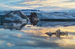 Photo midnight on the lake Jokulsarlon, Iceland