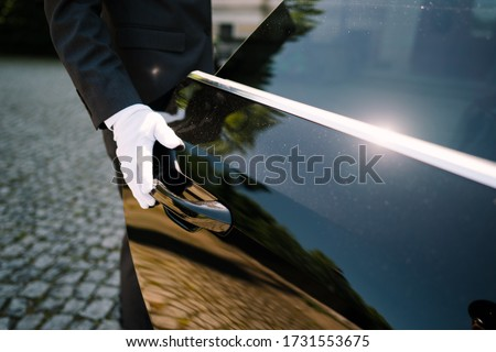 photo of a driver opening the car door Foto d'archivio ©
