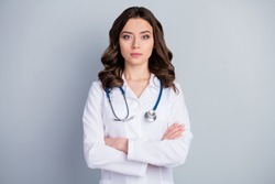 Photo of attractive doc practitioner lady patients consultation not smiling reliable person virology clinic arms crossed wear white lab coat stethoscope isolated grey color background