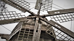 Photo of fragments of an old wooden mill.