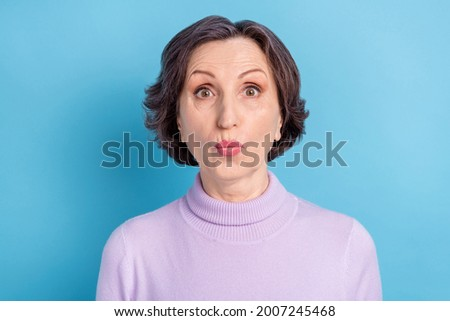 Photo of mature woman amazed shocked stupor fake novelty news lilac color isolated over blue color background Foto d'archivio ©