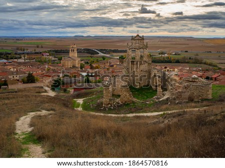 Photo of the town of Mota del Marqués, in the province of Valladolid.  In the view from a hill you can see the church of San Martín and that of El Salvador. Stock fotó ©