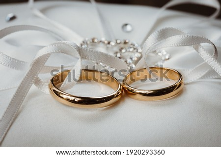 photo of two wedding rings in a ribbon Stock foto ©
