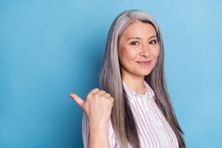 Photo portrait senior woman showing thumb blank space choosing smiling isolated pastel blue color background