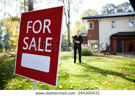 Photo real estate agent and big house for sale