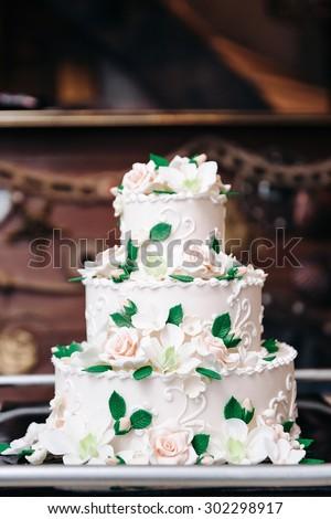 Photo White wedding cake with flowers
