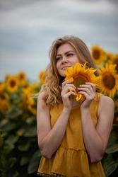 Photos of a beautiful girl in sunflowers.