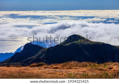 Pico do Arieiro to Pico Ruivo trek mysty landscape in Madeira island, Portugal Foto stock ©