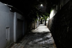 picture of a dark alleyway