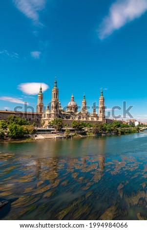 Picture of 'Nuestra señora del Pilar' basilica in front of Ebro river captured during a sunny day. Zaragoza, Aragón, Spain. Foto stock ©