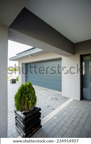 Picture of the entrace to the big new garage in the house