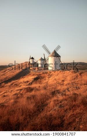Picture of the famous Consuegra windmills captured during golden hour. Castilla La Mancha, Spain. Foto stock ©
