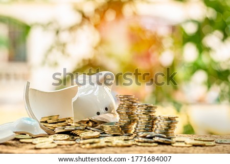 Piggy bank with smashed and there were many coins on the table in the park, Use emergency funds and saving money for business Investment and spending concept.   Foto d'archivio ©