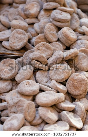 Pile of dried figs, coated in wheat flour, on a market stall Stock foto ©