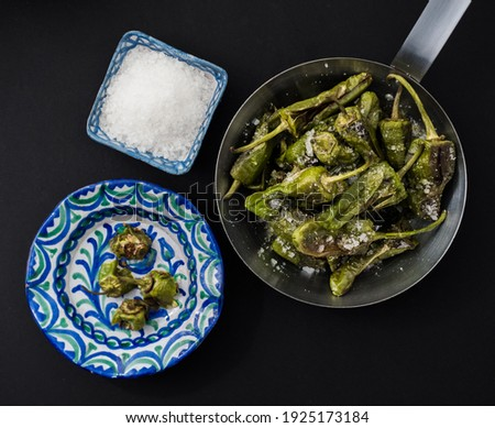 Pimientos de padron. Grilled green peppers with salt on the side. Spanish cuisine. Flat lay. Roasted Foto stock ©