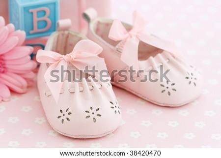 احذية للمواليد بتجننن  2010 stock-photo-pink-bab