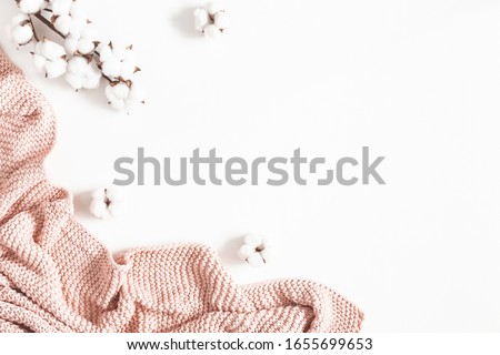 Pink blanket, cotton flowers on white background. Flat lay, top view, copy space Stockfoto ©