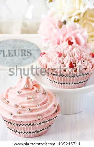 Pink cupcakes and roses for party.