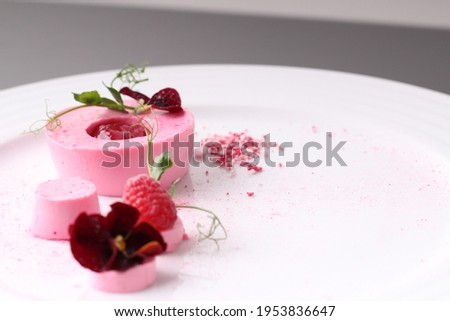pink fresh dessert with raspberry fruit and jam in  ring with sauce, fresh fruit and flower, selective  Foto stock ©