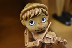 Pinocchio plays the violin, cheerful Pinocchio, cheerful Pinocchio, wooden toy