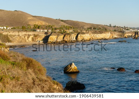 Pismo Beach cliffs and silhouettes of hotels overlooking the water's ege. Pismo Beach, a vintage coastal city in San Luis Obispo County, Zdjęcia stock ©