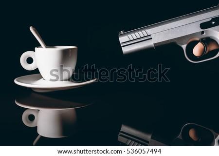 Pistola che spara ad una tazzina di caffè  Foto d'archivio ©