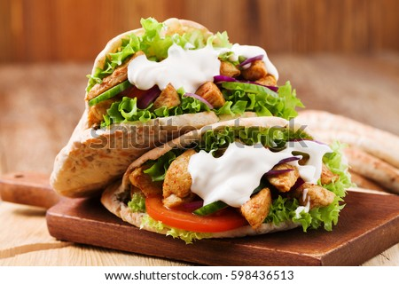Pita salad with roasted chicken and vegetables, served with a delicious sauce Stockfoto ©