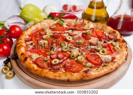 Pizza Salamy and green olives