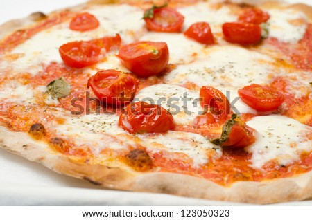 Pizza with fresh tomatoes, mozzarella and oregano