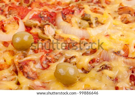 Pizza with tuna scraps, grated cheese, tomato sauce, green olive and onion collet