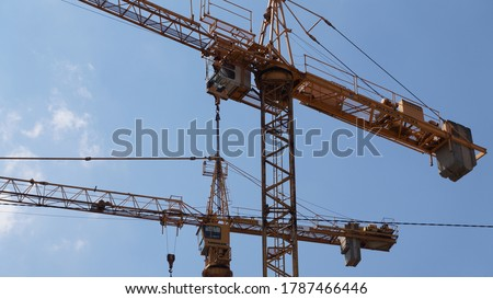 Plac budowy w Krakowie, ciężkie dźwigi budowlane podczas pracy przy przebudowie budynków w zabytkowej dzielnicy miasta. Zdjęcia stock ©