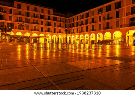Placa Major in Palma de Mallorca , illuminated in the night . Famous public square with outdoor craft market and shops  Foto stock ©