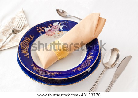 place setting with classic blue plate and beige napkin