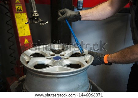placing a rim to place the tire #1446066371