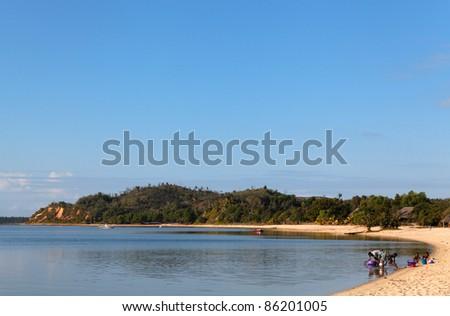 Plage de sable fin au levée du jour à Manambato, Madagascar