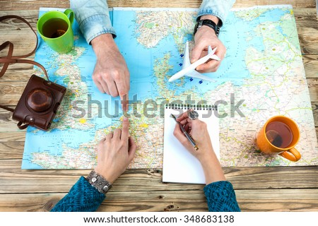 Planning a trip to Amsterdam Holland. Young couple adventurous. Travel agency chooses the tour desk. top view Foto stock ©