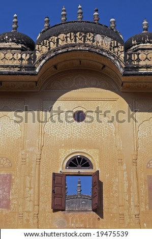 Plastered walls and shuttered window overlooking a courtyard inside an old Indian palace (Madhavendra Bhavan). Nahargarh Fort Jaipur Rajasthan India