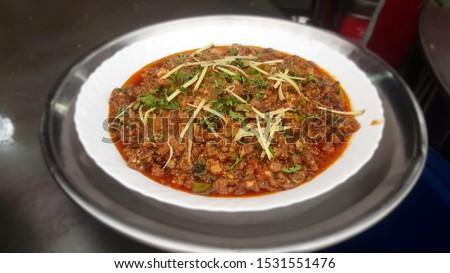 Plate of Takka Tak - Tawa Gurda Kapoora -Anarkali - Lahore Food Street. Delicious traditional Lahori food. Zdjęcia stock ©