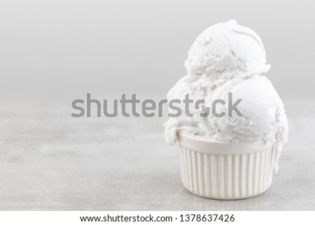 plate of vanilla ice cream scoops with copy spaceю.