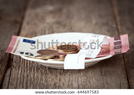 Plate with bill,money and tips. Selective focus. Foto stock ©