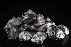 Platinum is a chemical element used in the chemical industry as a catalyst for the production of nitric acid, silicone and benzene. Crude platinum stone, industrial use.