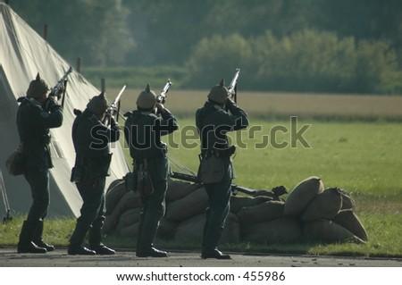 Zug der Soldaten WW I in den Uniformen abfeuernd von denGewehren